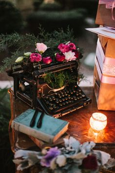Sweet Details - Vintage Typewriter with beautiful flower adornments Vintage Vignettes, Vintage Decor, Vintage Antiques, Vintage Ideas, Vintage Typewriters, Eclectic Decor, Vintage Love, Shabby Chic Decor, Table Decorations