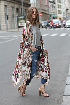 we have presented you different stylish ways to wear kimono to look glamorous. Let it be any outfit a kimono with it will make you look splendid. Boho Outfits, Street Style Outfits, Street Styles, Bohemian Outfit, 30 Outfits, Bohemian Fashion, Bohemian Kimono, Beach Kimono, Street Style