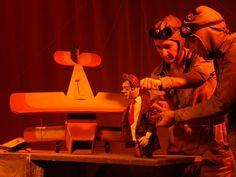 """Com a proposta de homenagear o escritor Antoine de Saint-Exupéry a Cia Mútua  encena o espetáculo """"Um Príncipe Chamado Exupéry"""" na Sala A2B2, da Casa de Cultura Mario Quintana (CCMQ), nos dias 15 e 16 de março. A peça tem duas sessões por dia, que acontecem às 18h e 20h. A entrada é Catraca Livre."""