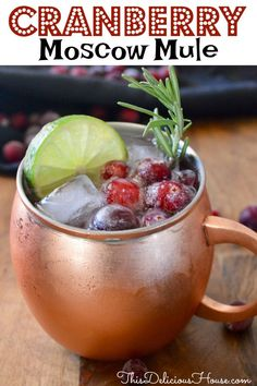 Moscow mule ginger beer Cranberry Moscow Mule Cranberry Moscow Mules are a festive drink that's super easy to make. Recipe includes vodka, cranberry juice, lime juice, ginger beer, and frozen cranberries. Triple Sec, Drinks Alcohol Recipes, Cocktail Recipes, Margarita Recipes, Mojito, Moscow Mule Vodka, Cranberry Juice And Vodka, Cranberry Cocktail, Mule Drink