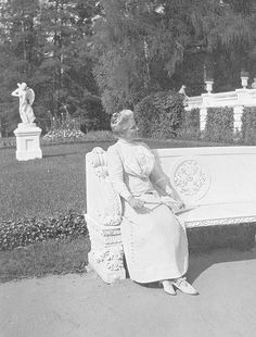 Princess Zenaida Youssoupoff sitting in the gardens of her Arkhangelskoye estate Tsar Nicolas Ii, Tsar Nicholas, Belle Epoque, Les Descendants, Prince Felix, House Of Romanov, Royal King, Rich Family, Imperial Russia