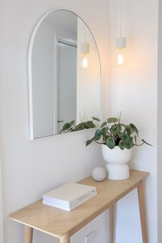 House call: Visit the plant-filled, Scandi inspired home of Haus of Cruze – VAUCLUSE APARTMENT – einrichtungsideen wohnzimmer Scandi Bedroom, Scandi Home, Scandi Style, Scandi Living Room, Modern Scandinavian Interior, Rustic Bedrooms, Scandinavian Kitchen, Living Rooms, Minimal Decor