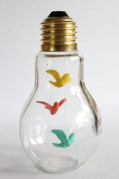 テグスを使って小さいオーナメントを吊るした作品。こちらは電球の底が平べったいので、電球型のボトルを使っている可能性があります。
