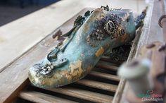 Ένα καλαπόδι με πολλά μεταλλικά διακοσμητικά! A mix media shoe last with many metallics items