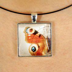 Magnifique pendentif fait avec un timbre-poste oblitéré par PetiteMeduse sur Etsy https://www.etsy.com/fr/listing/231114522/magnifique-pendentif-fait-avec-un-timbre