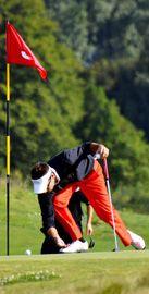 Geste sportif du golfeur qui dégage sa ligne