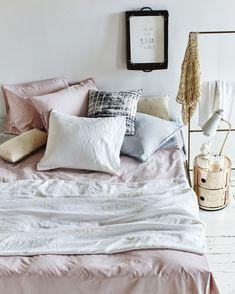 Linen bedding, white and gray base with playful powder pastels and a cool print with black | Styling Valerie van der Werff | Photographer Jeroen van der Spek | vtwonen June 2015