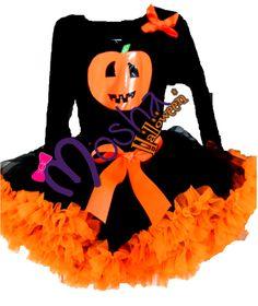 Vestido diseñado especial para Halloween, Calabacita al centro de un hermoso  vestido negro de gran vuelo con escarolas naranjas