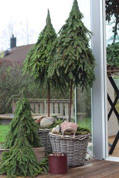 DIY - Do It Yourself-arkiv - Side 2 av 3 - Hannas innredning Christmas Greenery, Christmas Porch, Outdoor Christmas Decorations, Rustic Christmas, Xmas Tree, Christmas Holidays, Christmas Wreaths, Natural Christmas, Simple Christmas