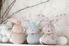 Kierrätä eriparisukat ja tee itse suloinen pääsiäiskoriste. Tämän pääsiäispupun lapsikin osaa tehdä!