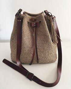 Most of the most popular bags do not meet a certain aesthetics this season. Crochet Backpack, Crochet Tote, Crochet Handbags, Crochet Purses, Free Crochet, Drawstring Bag Diy, Crochet Shoulder Bags, Macrame Bag, Mk Bags