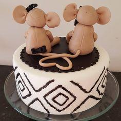 """Cute Cake! #mice #stuffanimal #annviversary #blackandwhite #elegant #geometric #handpainted #fomdant #fondantart #fondantcake #cake #love #cute…"""