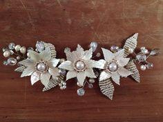 Tocado de novia hecho con perlas naturales de río, cuentas de cristal de roca, mostacillas y perlas de vidrio, con tres flores de nácar, tejido en alpaca