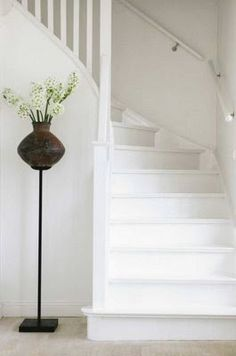 Foyer decorating – Home Decor Decorating Ideas White Hallway, White Staircase, Staircase Design, White Walls, Painted Staircases, Painted Stairs, Wooden Stairs, Stair Builder, Building Stairs
