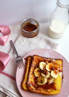Pain perdu au caramel beurre salé, à la banane et aux noix de pécan