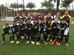 A forte equipe Sub 13 da Escola de Futebol Meninos da Vila Rio Preto antes da partida contra Jundiaí. Nossos atletas venceram o jogo por 4 x 0.
