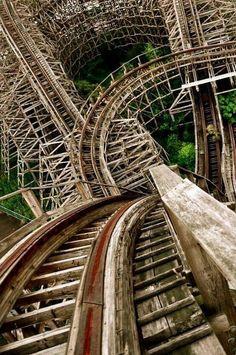 Montaña rusa de parque de diversiones abandonado desde 2006. #LugaresParaVisitar