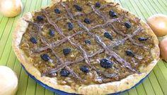 Pissaladière Niçoise La pâte à pain et l'oignon peuvent suffire, mais la vraie ne saurait être faite sans pissalat, sorte de pâte ou de crème salée faite à partir de sardines et d'anchois salés, qui ont d'ailleurs donné son nom à la spécialité (du nissart peis salat = poisson salé).« Pissaladière est l'adaptation (1938) du niçois pissaladiero « tarte à l'oignon avec des anchois et des olives noires »