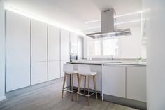 Design company Nonna Design, together with Kaleidoscope architecture studio, designed and equipped this private residence in Valencia, which stands out for the minimalism of its interior design, the predominance of white and the use of wood as prominent material. The Lottus Wood stools, designed by Lievore Altherr Molina, are the perfect partners in the kitchen of a Nordic-style house in Valencia. #Design#Interiordesign#Interiors#Valencia#Minimalism#Lottus
