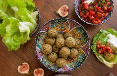 Falafel um prato classifico do Oriente Médio. De acordo com Wikipedia falafel se originou ainda no Egito dos faraós. No Israel este prato é tão popular, que pode ser considerada um símbolo do pais. Na Europa é um podrão muito popular, tipo cachorro quente por aqui. Extremamente saudável e nutritivo. Diferença desta receita do clássico, …