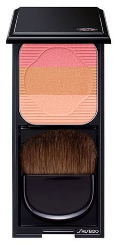 This Shiseido trio is an all-in-one compact with blush, sculpting and highlighting colors is designed to give you the perfect, radiant complexion in a simple stroke. Wear the shades by themselves or blend them together for a look that's as dimensional as you. Easy, natural glow!