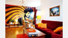 Rockikon. Jimi Hendrix var det självklara valet när Henke skulle välja motiv för en fototapet. Henriks stora musikintresse gör sig synligt på många håll i hemmet.  | Bild: Josefin Wiklund