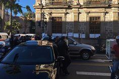 Frente al Colegio de San Nicolás, miembros del Sindicato Único de Empleados de la Universidad Michoacana denuncian que no se les ha depositado la primera quincena de diciembre; temen que ...