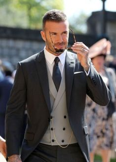 David & Victoria Beckham Attend Their Second Royal Wedding!: Photo David Beckham and Victoria Beckham are one stylish couple while arriving for the Royal Wedding at St. George's Chapel at Windsor Castle on Saturday morning (May… Mens Fashion Suits, Mens Suits, 90s Fashion, Groom Fashion, Suit Men, Street Fashion, Fashion Trends, Costume Anglais, Estilo David Beckham