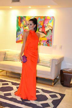 Mariah Bernardes Vestido: Carmen Marc Valvo Clutch: Bottega Venetta