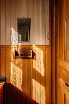 närbild pärlspont Us White House, Nordic Home, Rustic Interiors, Wainscoting, Rum, Sweden, Wall Lights, Reflection, Appliques