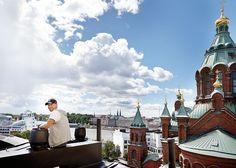 Muutaman rappuaskelman päässä terassilta pääsee katolle ihastelemaan upeaa kaupunkimaisemaa. Kattojen mies on kuin kotonaan talon harjanteella. Markus tuo joskus asiakkaitaan katolle katsomaan, miten sen tiivistäminen on toteutettu.