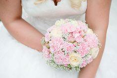Brautstrauß rosa, weiß, Schleierkraut, wedding bouquet, flowers, rosen - photo by Rebecca Conte