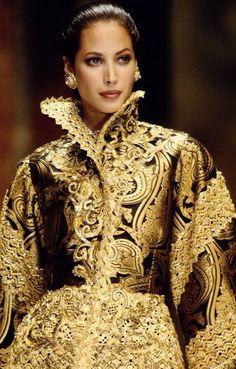 Vestido com inspiração nos dourados e nos brilhos que toda a época do Barroco adquiriu.
