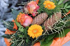 Oranger Weihnachtsstrauß mit Zapfen, Gerbera und Rosen!