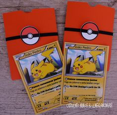 Uma graça o convite em forma de carta pokemon com o Pikachu para a festa de aniversário do João Pedro! Os recortes no palito para enf...