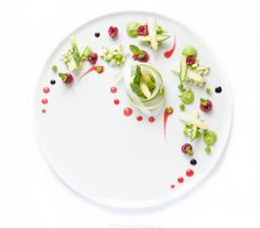 Insalata Vegan di asparagi bianchi e verdi, coulis di ciliegie, ciliegie intere, crema di piselli e riduzione balsamica. #vegan #senzaglutine #dietetico. White and green Asparagus and cherries salad with cherry coulis and cherry dressing, peas purée & balsamic vinegar reduction #vegan #glutenfree #lowfat