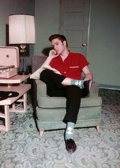 The one & only Elvis Presley The King Rock 'n Roll with rockabilly style. Elvis Presley Hair, Elvis Y Priscilla, Elvis Presley Photos, Elvis Presley Young, Rare Elvis Photos, Rare Photos, Rockabilly Style, Rockabilly Fashion, Rockabilly Boys