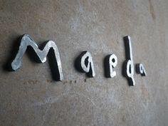 さてさて鉄アイアン表札がぞくぞくと斬鉄されてます。こちらはお客様の手描きをカタチ(鉄)にいたしました。まさに素朴なラインが鉄の質感と合っていますね。小さい文字も手切り斬鉄です。。かなりの技です。最終の仕上げは蜜蝋仕上げです。本日、東京都世田 Office Signs, Wayfinding Signage, Business Signs, Hanging Signs, Sign Design, Exterior, House Design, Inspiration, Logo