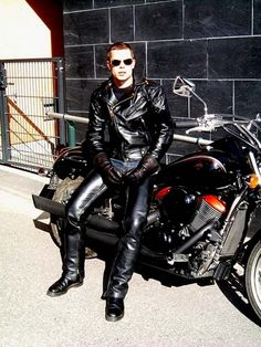 COOL BOYS IN LEATHER : Photo