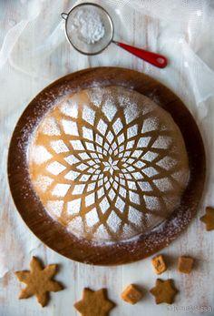 Idea piparitaikinalla kuorrutetusta kakusta sai alkunsa - no, kuinkas muutenkaan kuin pipareita leipoessa. Leivontaseuranani oli 17-vuotias Milja-neitokainen, kun puheeksi tuli piparitaikinan käyttäminen leivonnassa ihan sellaisenaan. Taikinahan on usein melkein ihanampaa kuin valmis paistos - varsinkin piparitaikina - joten miksi sitä pitäisi välttämättä kypsentää? Tätä ääneen pohdiskellessani Milja heitti loistoajatuksen: voisiko taikinaa käyttää vaikka kakun kuorruttamiseen? […]