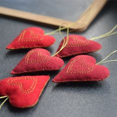 red felt hearts set of 5 rustic primitive by wirefoxjewellery