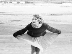 Taylor Swift in Michael Stars Cashmere Blend Long Sleeve Sweatshirt