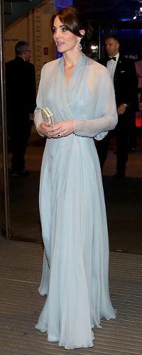26 Oct 2015 - Duchess of Cambridge wears Jenny Packham gown to world premiere of Bond movie SPECTRE. Vestidos Kate Middleton, Moda Kate Middleton, Looks Kate Middleton, Kate Middleton Outfits, Princesa Kate, Sheer Gown, Estilo Real, Jenny Packham, Royal Fashion