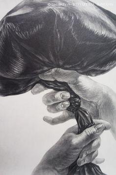 黒いポリ袋(ビニル袋)を持つ両手 の画像|渋谷美術学院、(元)主任のひとりごと