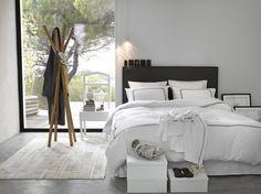 Verkoopstyling tip 4: Zorg dat er niet meer of minder spullen in je slaapkamer staan dan in een (luxe) hotelkamer. Zo krijgt de kijker de indruk dat hij er zo kan gaan slapen. Wel badjas, geen kleding.