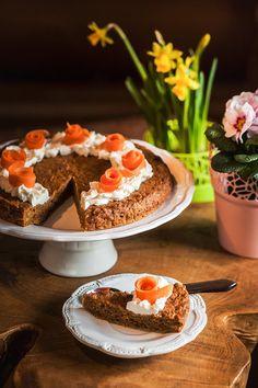 Špaldový koláč z karamelizované mrkve vypadá nenápadně, ale je krásně vláčný a jemně kořeněný