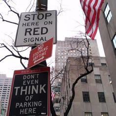 Esto es lo que yo llamo un NO categórico. No se puede aparcar dicho de tres maneras diferentes. Foto tomada en Nueva York el pasado invierno.  #NuevaYork #NYcity #NY #IloveNewYork #urban #city #USA #no #NewYorkCity #street #traffic #flag #USAflag #building