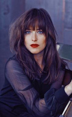 Dakota Johnson was born in His blue eyes and natural hair color is brown. She would get very nice mix of brown hair dye hair colors. Dakota Johnson Hair, Dakota Johnson Style, Dakota Mayi Johnson, Cut And Style, Cut And Color, Hairstyles With Bangs, Pretty Hairstyles, Long Hair With Bangs, Grunge Hair