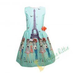 Stylisches ärmelloses Kinderkleid mit einem Muster aus einigen schönen Damen in Paris vorm Eiffelturm . Dekoriert mit einem schönen roten Band . Das Kleid schließt mit einem Reißverschluss, der unterhalb der Taille endet. Der Rock ist gefüttert und mit Tüll überzogen, um mehr Volumen zu schaffen. Geeignet für alle formellen und festlichen Anlässe, Geburtstagsfeiern, oder Kinderfeiern im Sommer. Elegant, Victorian, Paris, Summer Dresses, Band, Rock, Fashion, Quotes For Girls, Happy Birthday Parties