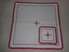 Servizio per altare: corporale e palla. Ricamo a punto quadro e sfilato con rosellina edelweiss al centro della croce. Pizzo chiacchierino lungo il bordo.